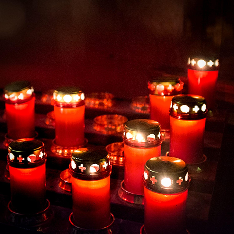 Red-Candles-©HelenBushe